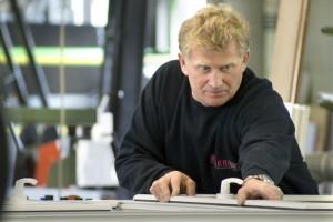Fertigung mit erfahrenen Mitarbeitern: Alexander ist rund 20 Jahre begeisterter Meschede Fensterbauer.
